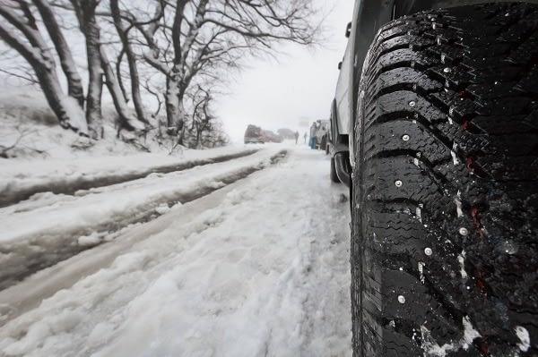snow-tire-on-street